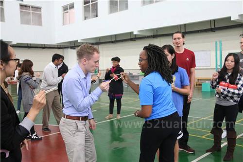 趣味乒乓球游戏_筷子夹球