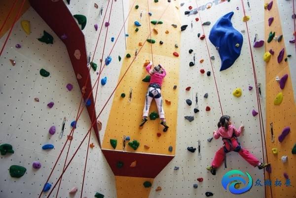 拓展攀岩墙是什么材质